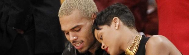 Rihanna posa com o cantor Chris Brown em jogo da NBA em dezembro de 2012 (Foto: Reuters/Danny Moloshok)