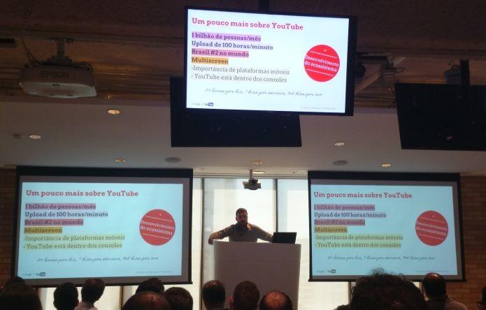 Apresentação de Alessandro Sassaroli no Google Brasil, apresentando dados do YouTube (Foto: Pedro Zambarda/TechTudo)