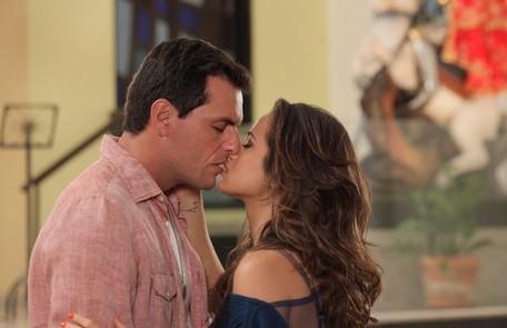 De volta ao Brasil depois de contar toda a verdade a Helô, Morena reencontra Théo na Igreja de São Jorge Divulgação/TV Globo