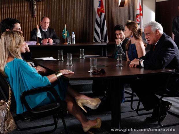 Pilar e César não conseguem chegar a um acordo (Foto: Amor à Vida/TV Globo)