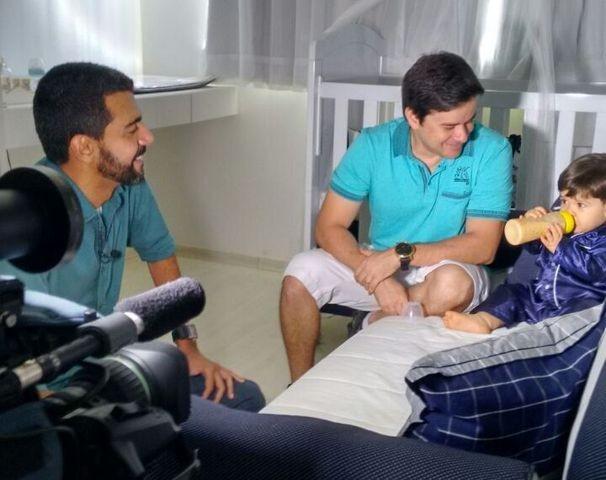Guilherme Fraga, repórter da TV Sergipe, apresenta o filho Vicente (Foto: Divulgação / TV Sergipe)