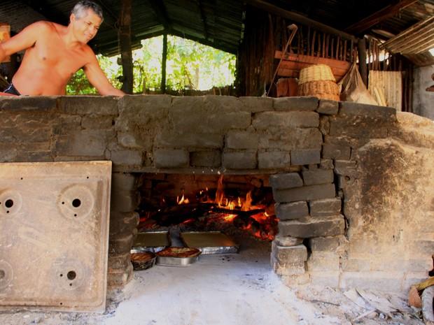 Fornos artesanais de barros para fabricação das guloseimas estão espalhados pelo bairro de Riacho Doce (Foto: Waldson Costa/G1)