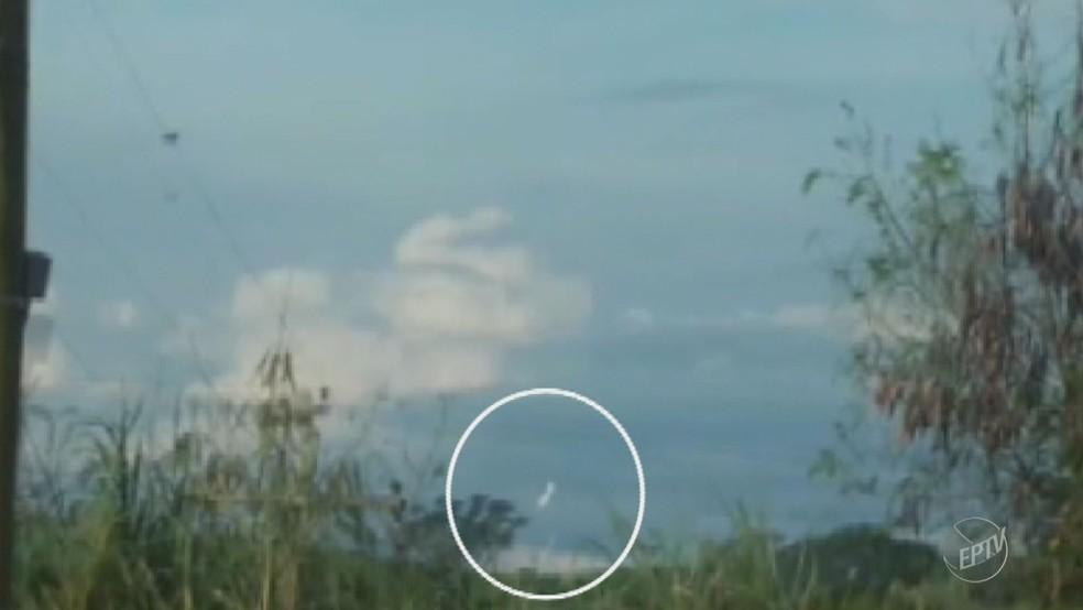 Imagem mostra momento da queda de bimotor em Itapira (Foto: Reprodução / EPTV)