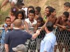 Príncipe Harry quebra o protocolo e aperta mão de menino no Alemão