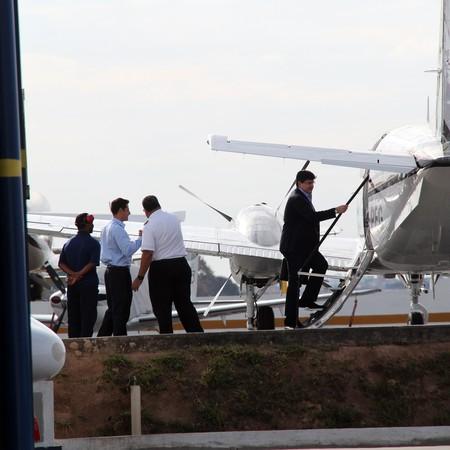 Benedito embarca em avião PR-PEG no aeroporto da Pampulha, em Belo Horizonte. Aeronave está registrada em nome da Bridge Participações (Foto: Folhapress)
