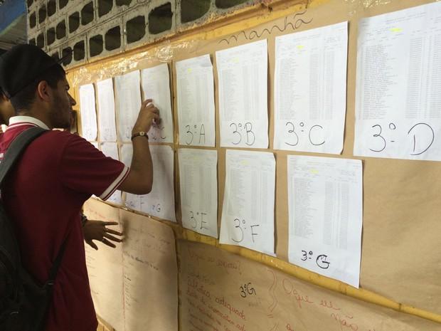 Na primeira semana de aula, alunos chegam e conferem turmas (Foto: Paula Paiva Paulo/G1)