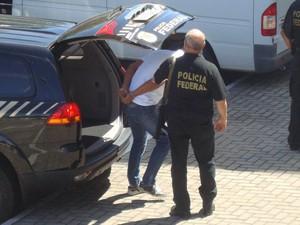 Chegada dos réus do caso Manoel Mattos  (Foto: Jhonathan Oliveira/G1)