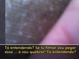 PM invade casa e tenta tirar celular de mulher que o filmava em Porto Alegre (Foto: Reprodução/RBS TV)