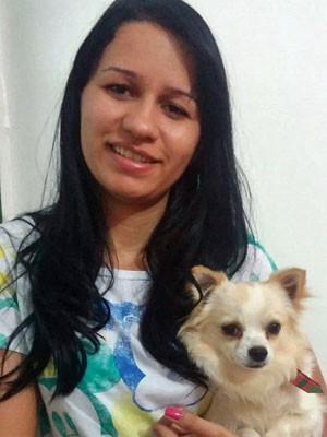 Bárbara Alves com o cachorro Bruce (Foto: Bárbara Alves/Arquivo Pessoal)