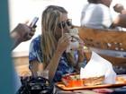 Ticiane Pinheiro come sanduíche com cerveja e grava com Valesca