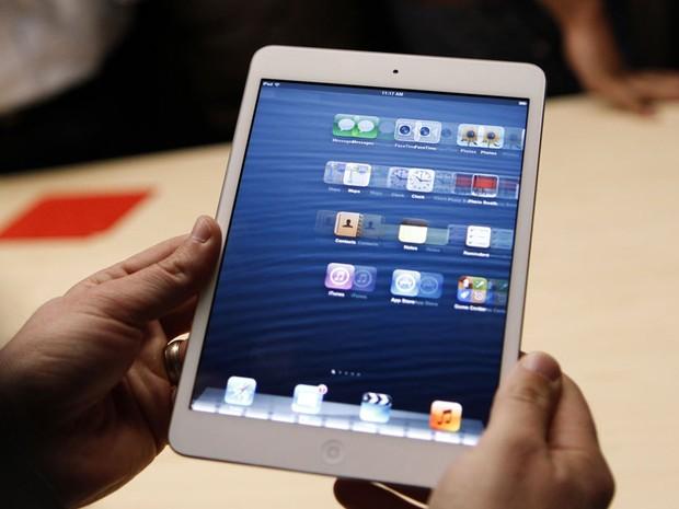 iPad mini é testado em evento da Apple (Foto: Reuters)