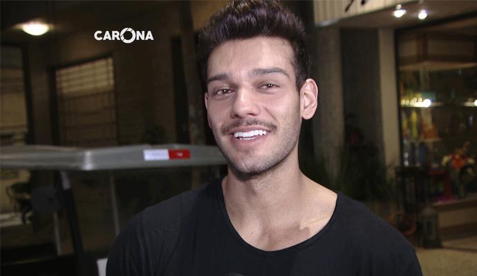 Lucas Lucco emocionado na entrevista com Cecília Ribeiro (Foto: Divulgação | Carona)