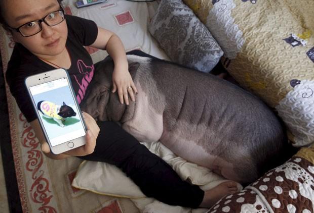 Ela cuida da porca, que tem três anos e meio, desde que o animal era filhote (Foto: Kim Kyung-hoon/Reuters)