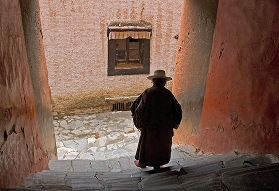 Um fiel budista desde uma escada do templo Tashi Lhunpo em Shigatse, no Tibete  (Foto: © Haroldo Castro/ÉPOCA)