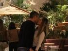 Flávia Alessandra dá beijão em marido em shopping do Rio