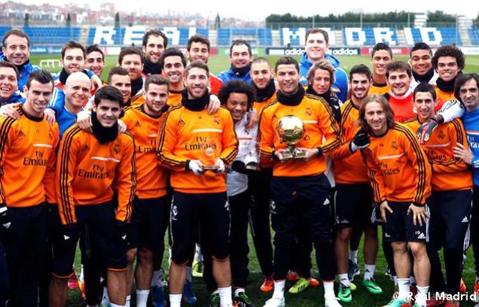 Cristiano Ronaldo com a bola de ouro no treino do Real Madrid (Foto: Divulgalção / Site Oficial do Real Madrid)