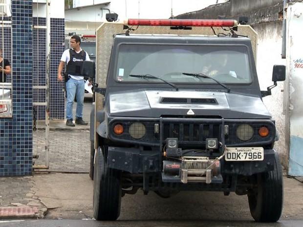 Mortos chegaram no DML de Vitória (Foto: Reprodução/ TV Gazeta)