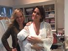 Deborah Secco escolhe camisola que usará na maternidade