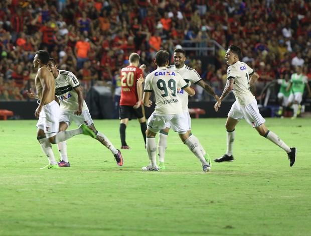 Yan e elenco Coritiba comemoram gol vitória contra Sport