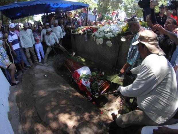 Naná Vasconcelos é sepultado no Recife (Foto: Aldo Carneiro/Pernambuco Press)