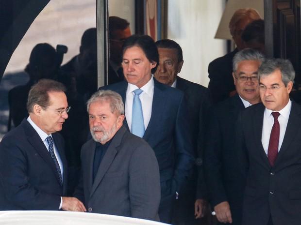 O ex-presidente Luiz Inácio Lula da Silva, com Renan Calheiros e senadores, ao deixar a residência oficial da Presidência do Senado, onde se reuniu com parlamentares de PMDB e PT (Foto: Dida Sampaio / Estadão Conteúdo)