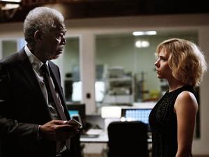 Scarlett Johansson e Morgan Freeman em 'Lucy' (Foto: Divulgação)