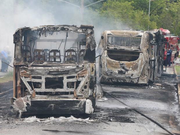 Três ônibus são incendiados dentro do campus da USP. O Corpo de Bombeiros foi acionado e controlou o fogo. A suspeita é de que tenha sido em retaliação a reintegração de posse prevista para hoje na ocupação São Remo (Foto: Marcos Bezerra/Futura Press/Estadão Conteúdo)