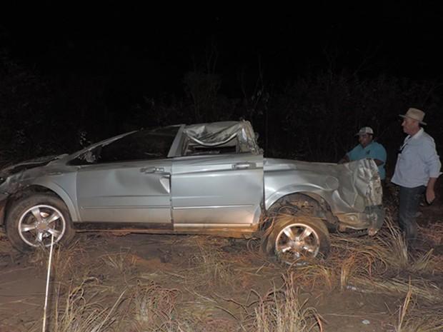 Carro capotou após roda traseira estourar, segundo Samu (Foto: Edivaldo Braga/ blogbraga)