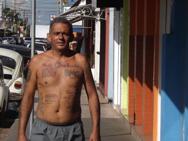 Baiano, como é conhecido, caminha pelas ruas de Tanabi sem camisa (Foto: Marcos Lavezo/G1)