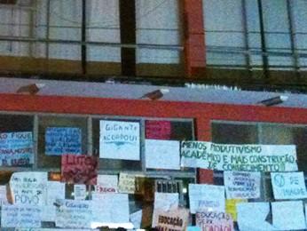 Cartazes foram afixados pelos manifestantes.  (Foto: Virgílio Neto Junior/ VC no G1)