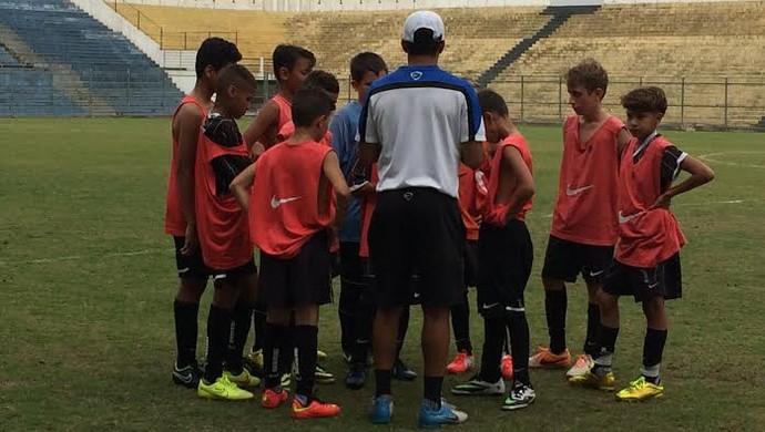Técnico Vinícius Marques conversa com o sub-11 do Timão (Foto: Rodrigo Faber)