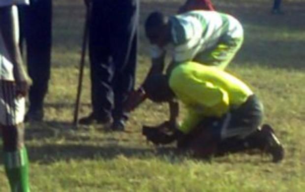 O árbitro precisou ser levado ao hospital e agora processa Federação de futebol do Quênia (Foto: Reprodução internet)