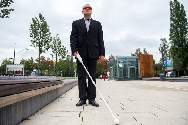 Herman Evers, da empresa I-Cane, demonstra o uso do produto na cidade Nijmegen, na Holanda, nesta terça-feira (15).  (Foto: AFP Photo / ANP / Ferdy Damnan)