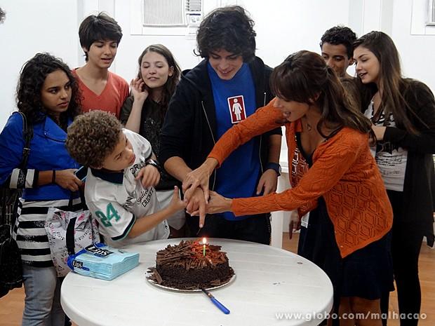 Flávia Rubim ajuda o ator a cortar seu bolo de aniversário (Foto: Malhação / TV Globo)