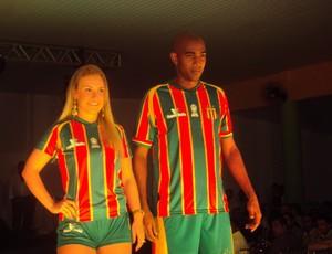 Arlindo Maracanã e Wênia Batista, musa do Sampaio, apresetam principal uniforme do clube (Foto: Afonso Diniz/Globoesporte.com)