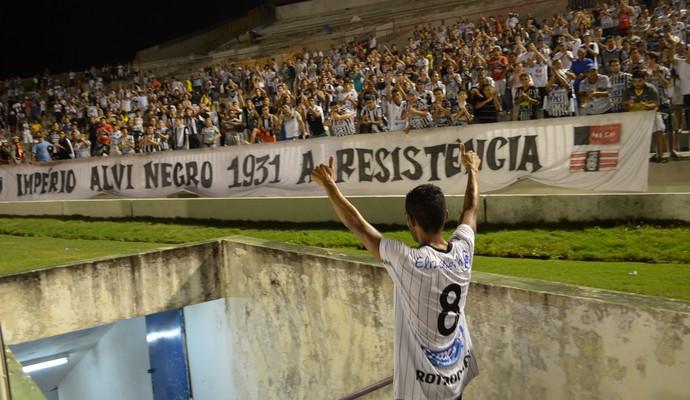 Pio, volante do Botafogo-PB, no Estádio Almeidão, aplaudido pela torcida (Foto: Amauri Aquino / GloboEsporte.com/pb)