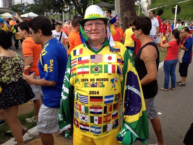 Brasileiro usa uniforme estiloso para assistir ao jogo da Holanda contra a Espanha (Foto: Ruan Melo/G1)