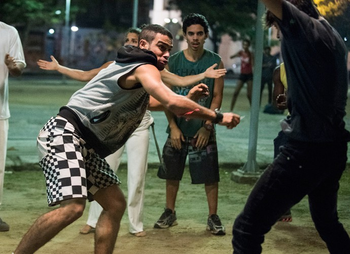 Jacaré saca estilete contra Jonatas (Foto: Raphael Dias / Gshow)