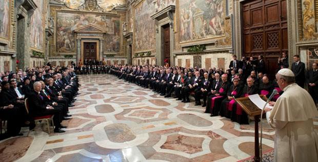 O Papa Francisco durante encontro com os embaixadores da Santa Sé, nesta segunda-feira (13), no Vaticano (Foto: L'Osservatore Romano/AP)