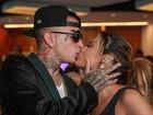 Lexa e MC Guimê trocam beijos na transmissão do EMA