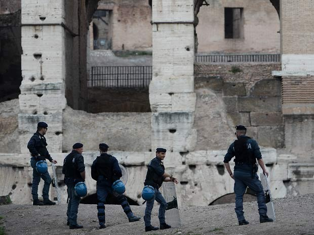 Policiais fazem guarda em frente ao Coliseu, em Roma, durante eleição. (Foto: AFP)