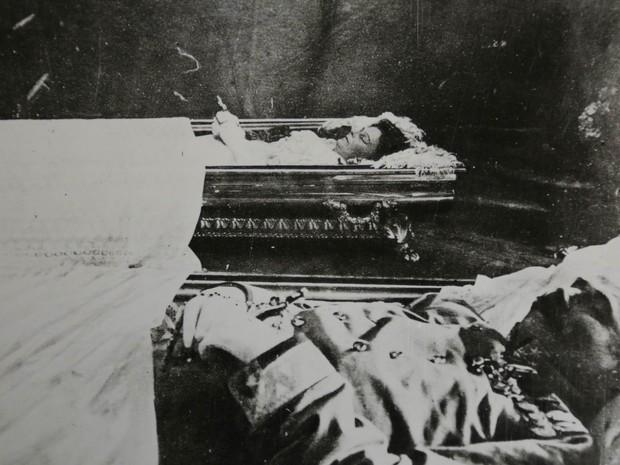 Foto não datada mostra o arquiduque Francisco Ferdinando, em primeiro plano, e sua mulher, Sofia, ao fundo, mortos após o atentado a tiros que tirou a vida do casal em Sarajevo (Foto: AP/Arquivo Histórico de Sarajevo)