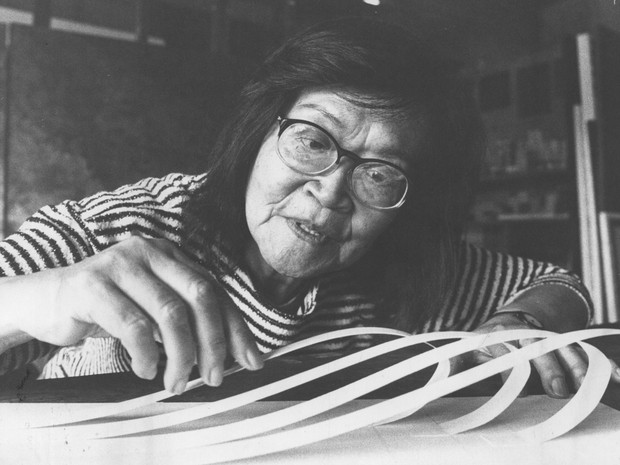 Tomie Ohtake posa para foto em agosto de 1988  (Foto: Newton Aguiar/AE)