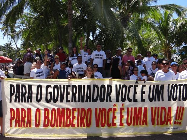 Militares fizeram manifestação na orla de Ponta Verde cobrando posicionamento do governo do Estado (Foto: Henrique Pereira/G1)