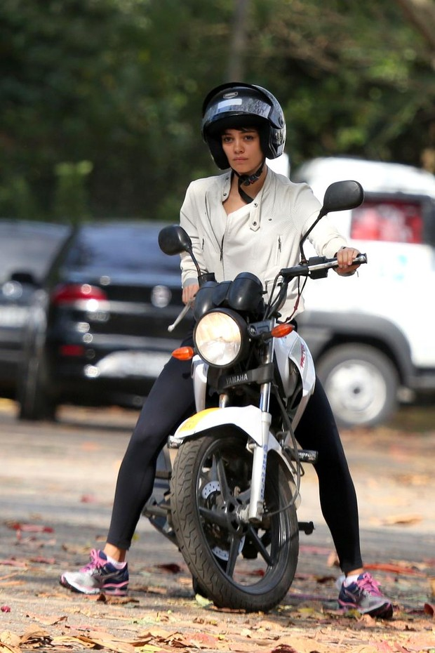 Sophie Charlotte tendo aulas de direção de moto (Foto: André Freitas / AgNews)