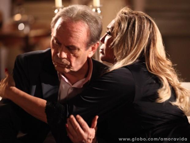 Ele acaba recebendo colo da matriarca e chora... (Foto: Jacson Vogel / TV Globo)
