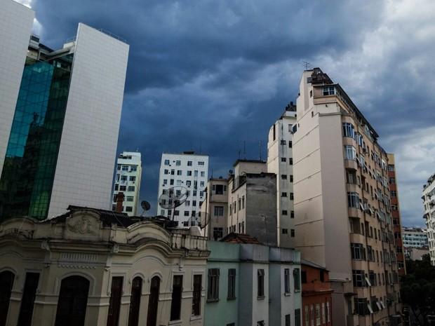 Nuvens carregadas surgem no Centro da cidade (Foto: Rodrigo Gorosito/G1)