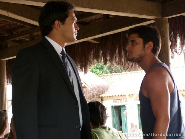 Exaltados, os dois quase vão às vias de fato (Foto: Flor do Caribe / TV Globo)