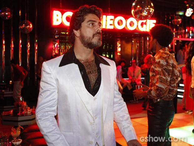 Amaury (Junno Andrade) é o cara da noite e vai dominar a boate Boogie Oogie (Foto: Raphael Dias / TV Globo)