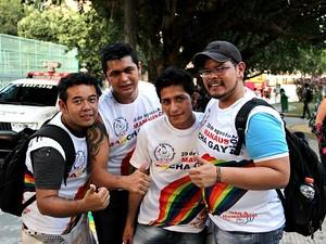 Márcio Nogueira (de boné) enfatiza que o movimento busca respeito para os gays (Foto: Marcos Dantas/G1 AM)